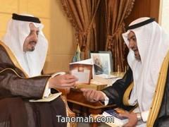 الدكتور آل مريع يطلع أمير عسير على التقرير العام لنادي أبها الأدبي