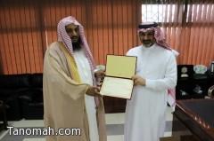 رئيس هيئة تنومة يكرم عميد الكلية ومدير الضمان الإجتماعي