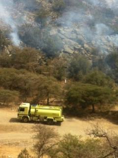 فرق الدفاع المدني تبدا السيطرة على حريق منتزه عثربين