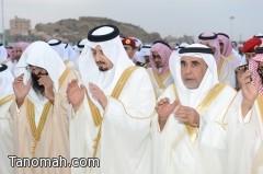 أمير عسير يتقدم المواطنين لأداء صلاة عيد الفطر المبارك