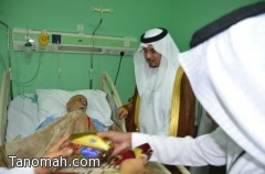 محافظ تنومة يعايد المرضى المنومين بالمستشفى