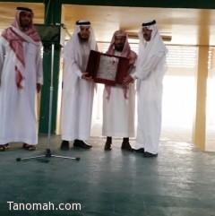 مدرسة الإمام البخاري تكرم بن عامر لحصوله على الماجستير بإمتياز