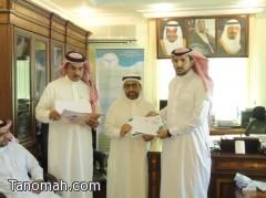 مدير مكتب التربية والتعليم بمحافظة تنومة يكرم المدارس بمناسبة اليوم الوطني