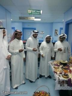العمري يشارك مرض مستشفى خميس مشيط فرحة العيد