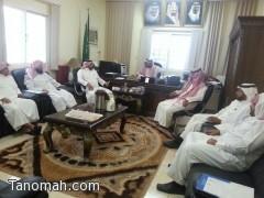 مدير مكتب التربية ببني عمرو يستعرض مع المشرفين ( دليل منظومة الأداء الإشرافي )