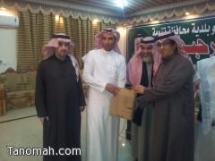 بحضور مدير إدارة التعليم بالنماص مكتب محافظة تنومة يكرم الدكتور زهير