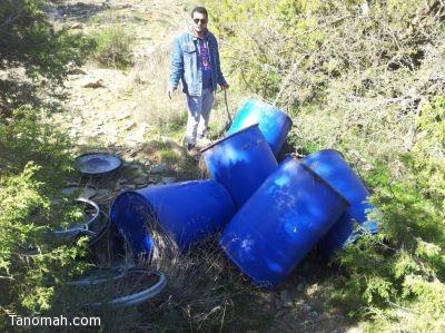 بالصور:شرطة تنومة تدمر مصنع للمسكر بالقرب من سد دهناء