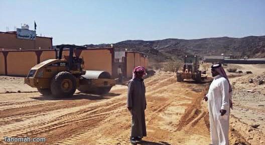 بلدية تنومة تعمل على سفلتة الطرق الترابية في مركز منصبة