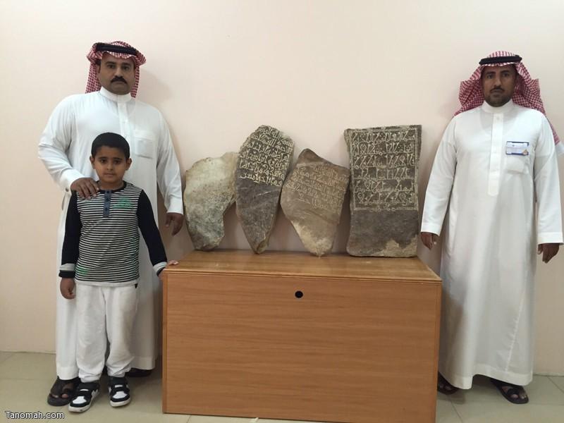 القحطاني يسلم هيئة السياحة والآثار ١٣ قطعة أثرية