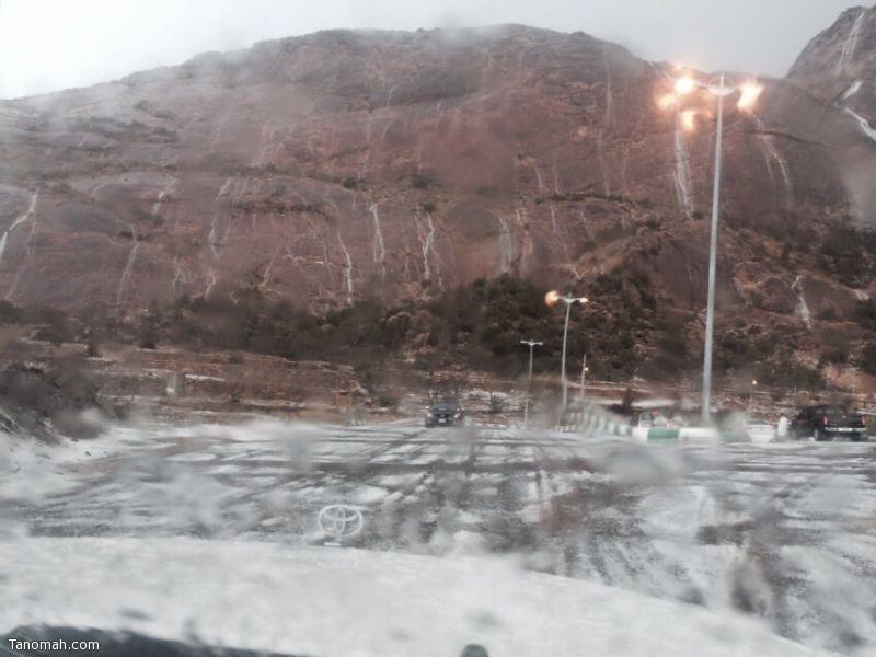 """بالصور: الشلالات ترسم لوحة فنية على جبل """"منعا"""""""