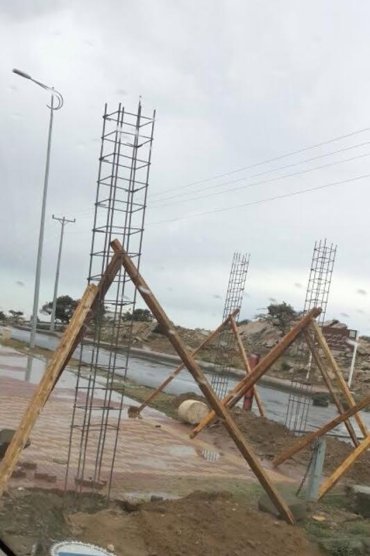 بلدية تنومة تبدأ في بناء حاجز على ممشى منتزه الأمير نايف