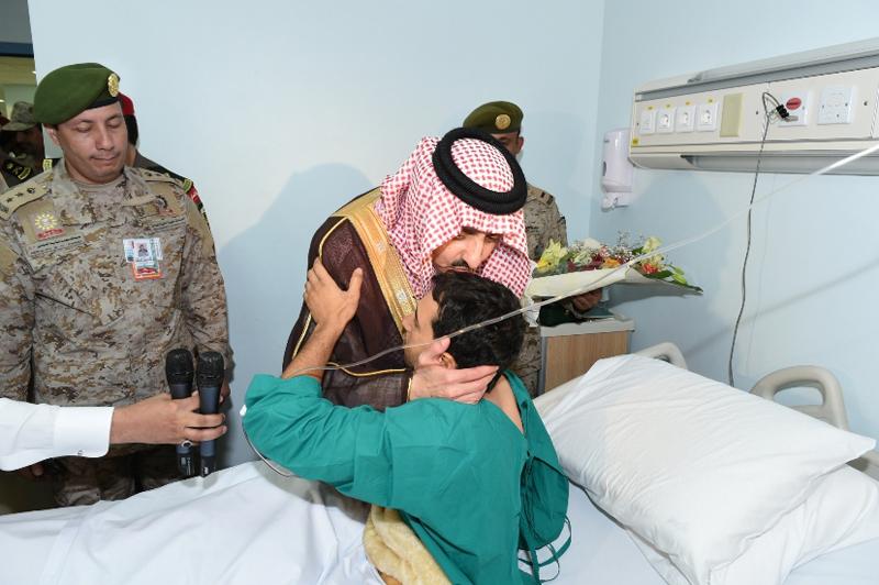 أمير عسير يزور المصابين من أفراد القوات البرية