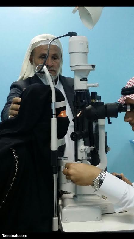 فريق طبي بمستشفى عسير المركزي يعيد النظر لفتاه يمنية