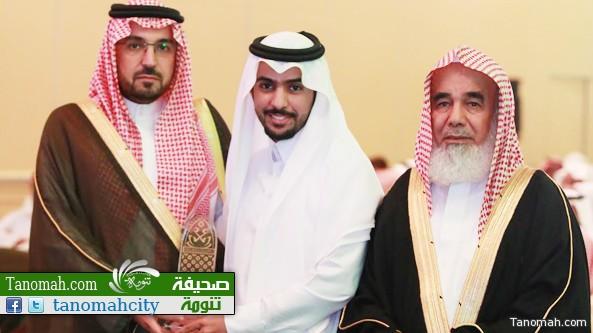 الأمير محمد بن فيصل بن بندر بن عبدالعزيز يسلم درع التميز للشاب سلطان بن محمد الشهري تنومة