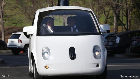 سيارة غوغل الذكية في الصيف على الطرق العامة