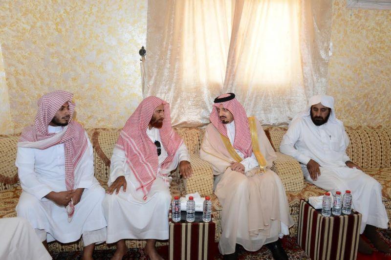 أمير عسير يقدم تعازي القيادة لذوي الشهيد القحطاني