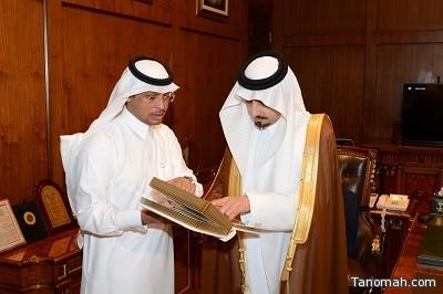 أمير عسير يتسلم تقريراً من مستشفى محايل العام