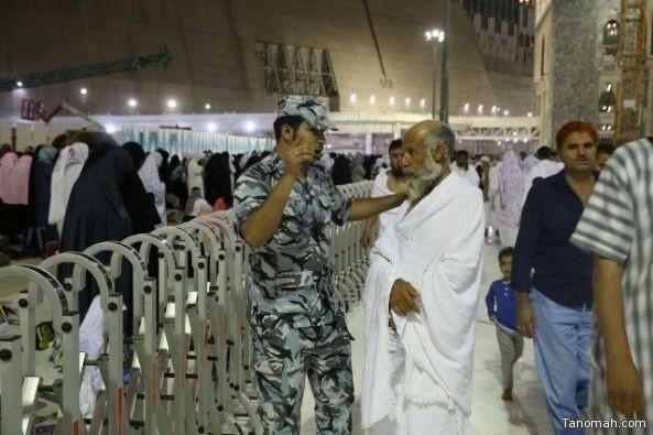 صور تظهر تفاني رجال الأمن في خدمة المعتمرين وزوار الحرم