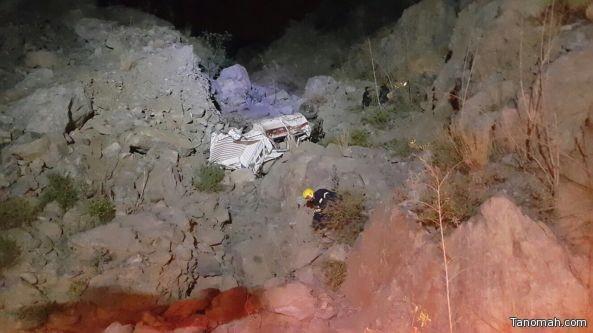 بالصور : سقوط سيارة في عقبة النماص ووفاة قائدها