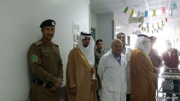المسئولين بمركزي صبح وبيحان يعايدون المرضى بمستشفى باللحمر