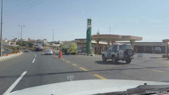 حادث ناقلة وقود يستنفر الدفاع المدني في النماص
