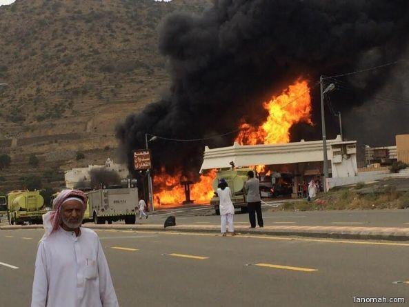 بالصور والفيديو : حريق هائل يشب في محطة وقود بسدوان