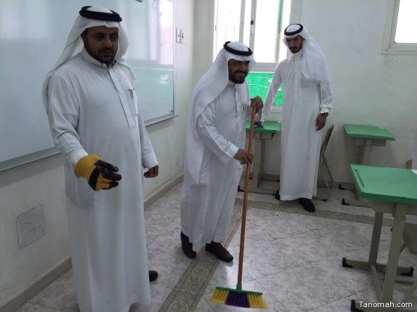 مدير مكتب تعليم بني عمرو يشارك في نظافة الفصول الدراسية استعداداً للعام الجديد