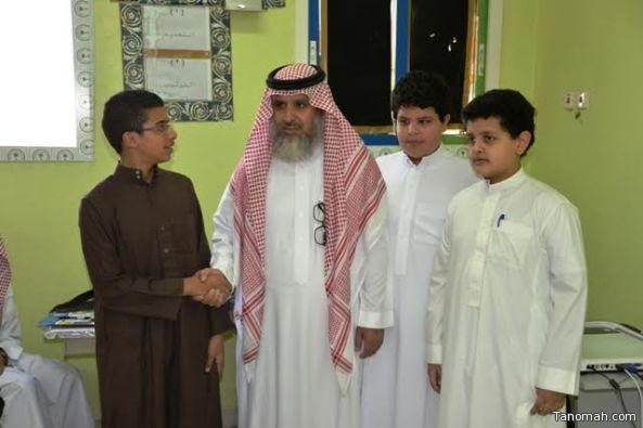 مدير تعليم النماص يشارك الطلاب يومهم الدراسي الأول