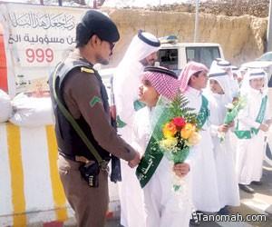 طلاب يقدمون الورود لرجال الأمن في النماص