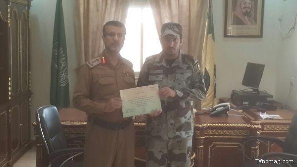 مدير ادارة الدفاع المدني بخميس مشيط يكرم العريف علي عايض أل عازب