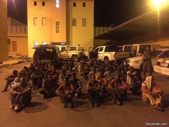 """شرطة عسير تضبط مركبتين بها """"43"""" من مجهولي الهوية بينهم جنسيات أفريقية"""