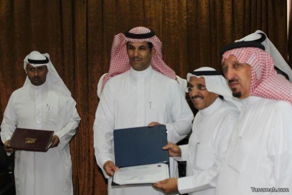 الفنان عبدالله العامر يسلم رئيس بلدية النماص شهادة التمييز