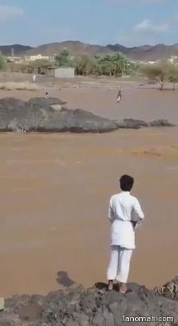 """شجاعة مقيم تنقذ """"طفلاً"""" من الغرق"""