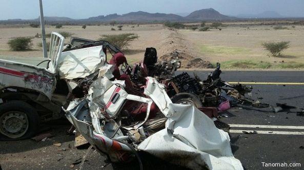 وفاة واصابة في حادث تصادم بين سيارة صغيرة وشاحنة