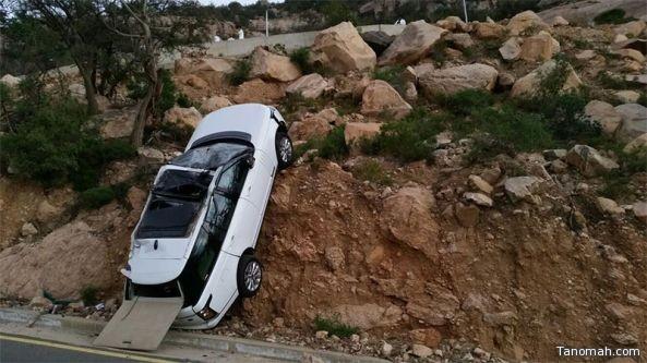 بالفيديو:سيارة محملة على (سطحه) تهوي من عقبة برمة