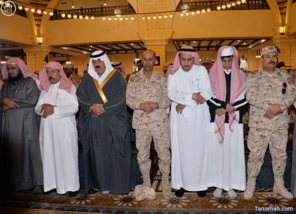 متعب بن عبدالله يؤدي صلاة الميت على الشهيدين الملازم فيصل الشهري والملازم فيصل الطوب