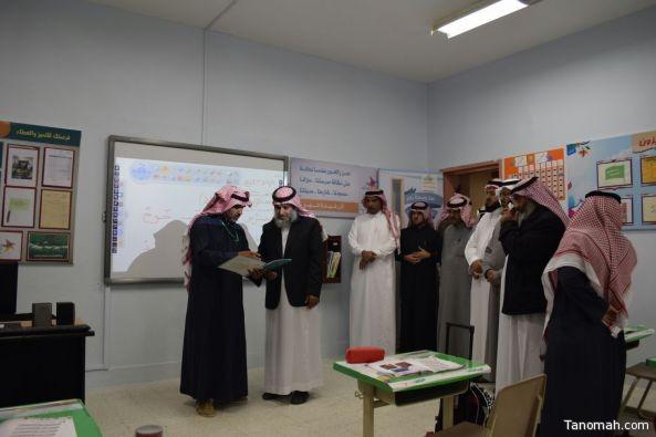 مدير تعليم #النماص يكرم معلم وطلاب الصف الأول بمجمع الحسين بن علي