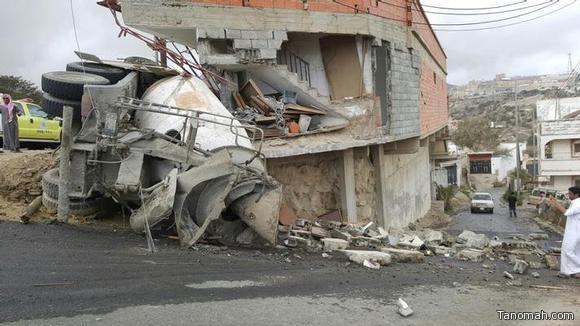 """اصابة سائق """"خلاطة اسمنت"""" في حادث انقلاب بـ #بني_عمرو"""