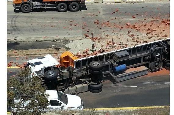 انقلاب شاحنة يغلق الطريق بين #بني_عمرو و #النماص