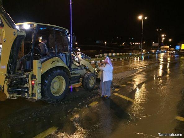 بالصور: بلدية #تنومة تشارك في إنقاذ المحتجزين وتواصل عملها في إزالة مخلفات الأمطار