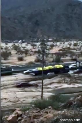 فيديو: السيل يفاجئ قائدي السيارت بين #الطائف و #مكة