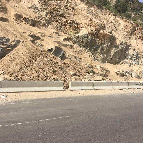 بالصور:انهيارات صخرية تغلق عقبة القامة شمال #تنومة