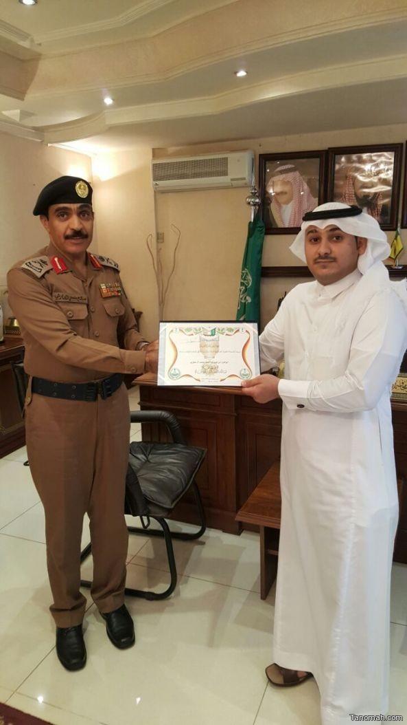 """اللواء """"صالح الحارثي"""": يسلم مواطن شهادة براءة مقدمه من """"ولي العهد"""""""