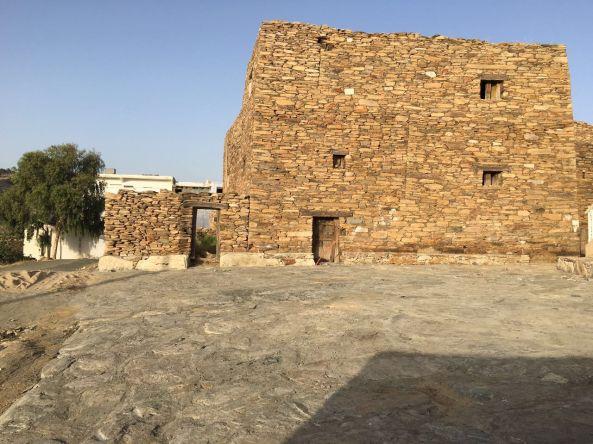 بالصور:تأهيل وإنشاء مركز للزوار في قرية الدهناء بـ #تنومة