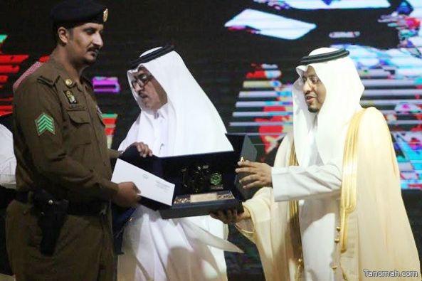 الرقيب فواز الشهري يحصل على جائزة #تنومة للتميز