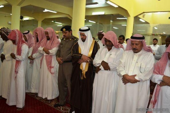 وكيل محافظة محايل يتقدم المصلين على جثمان الشهيد ال عامر