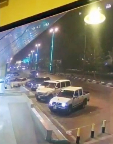 #فيديو: يظهر عملية سرقة سيارة مواطن من أمام أحد الأسواق في #تنومة