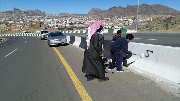 طلاب مدرسة في #تنومة يقومون بطمس عبارات شوهت الشارع العام
