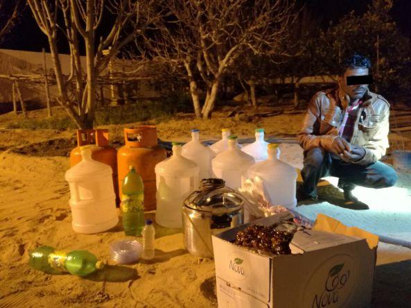 الجهات الأمنية في #تنومة تضبط مصنع للخمور يديره أسيوي