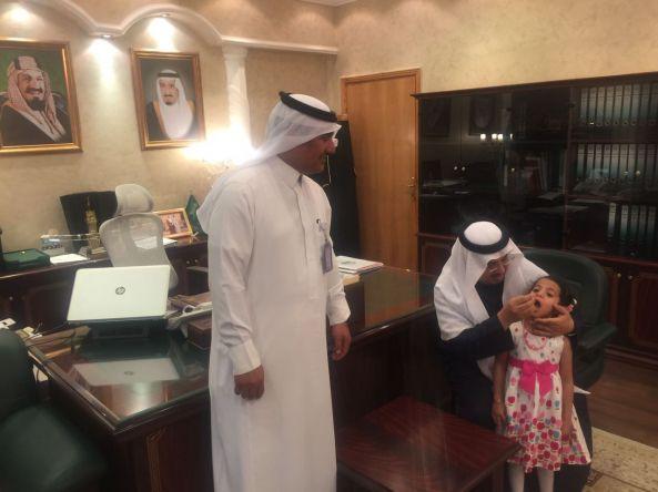 محافظ #تنومة يدشن حملة التطعيم ضد شلل الأطفال